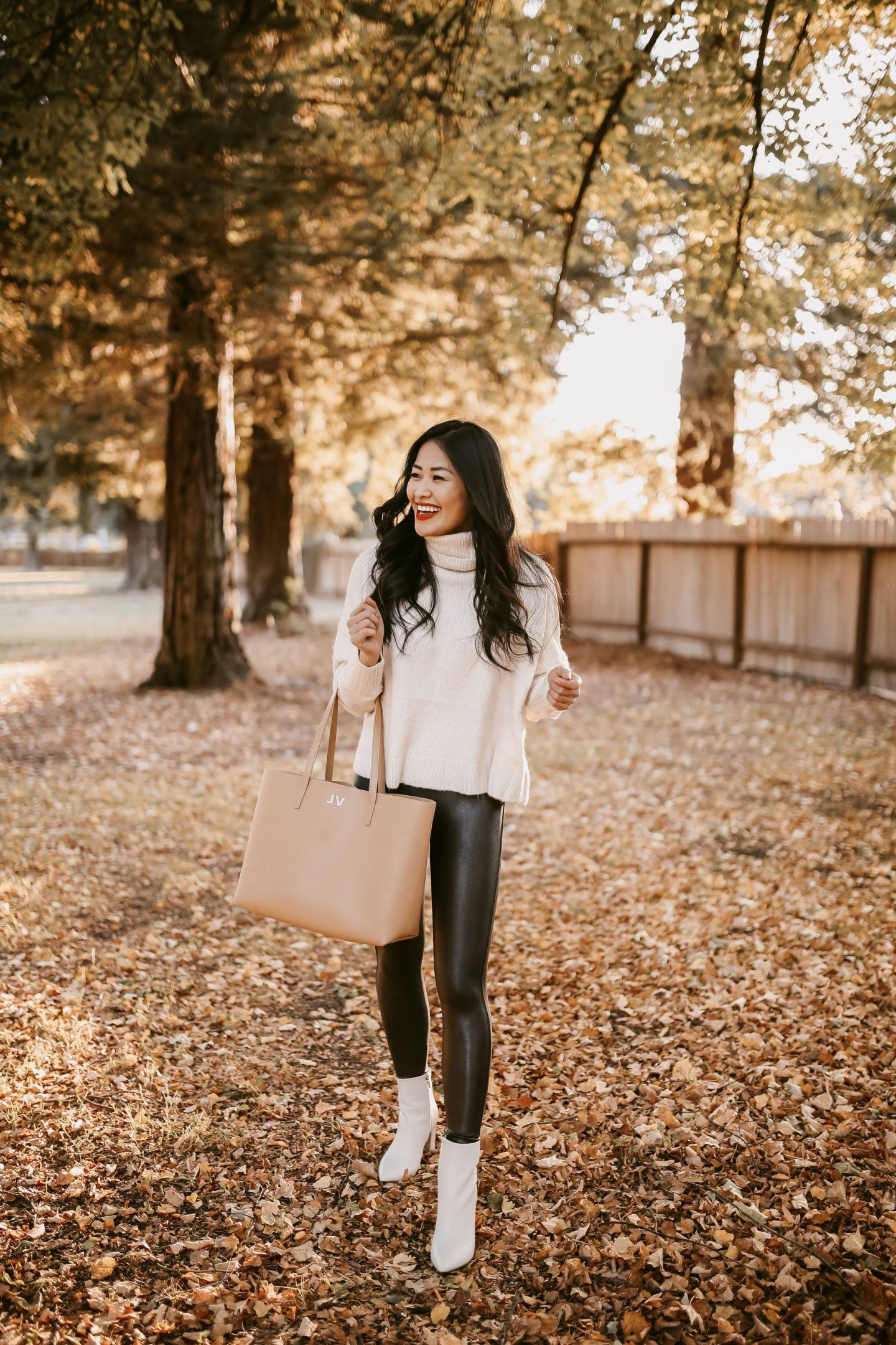 LEATHER SPANX LEGGINGS AND WHITE BOOTES